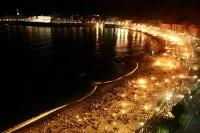 Playa iluminada con hogueras