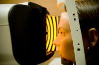 Paciente joven en aberrómetro con luz