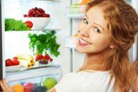 Mujer pelirroja abriendo el frigorífico