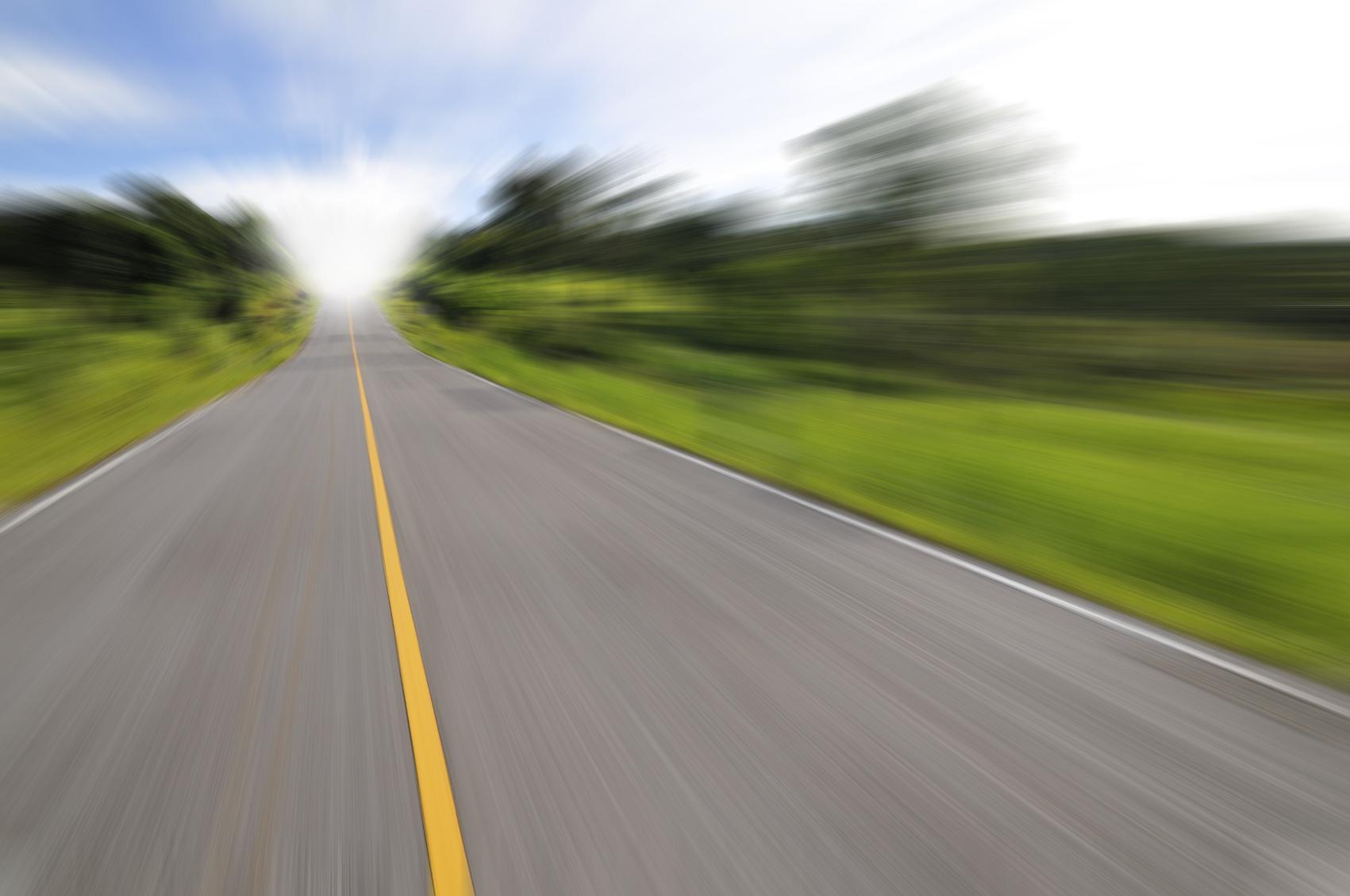 Carretera con prado borrosa