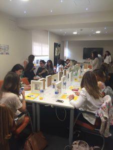 Grupo de personas durante taller de manualidades