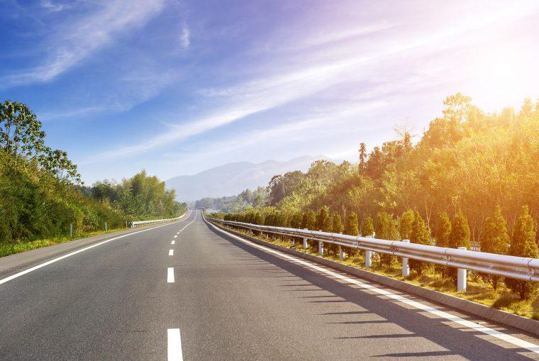 Vista de carretera durante el amanecer