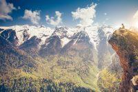 Hombre en montañas