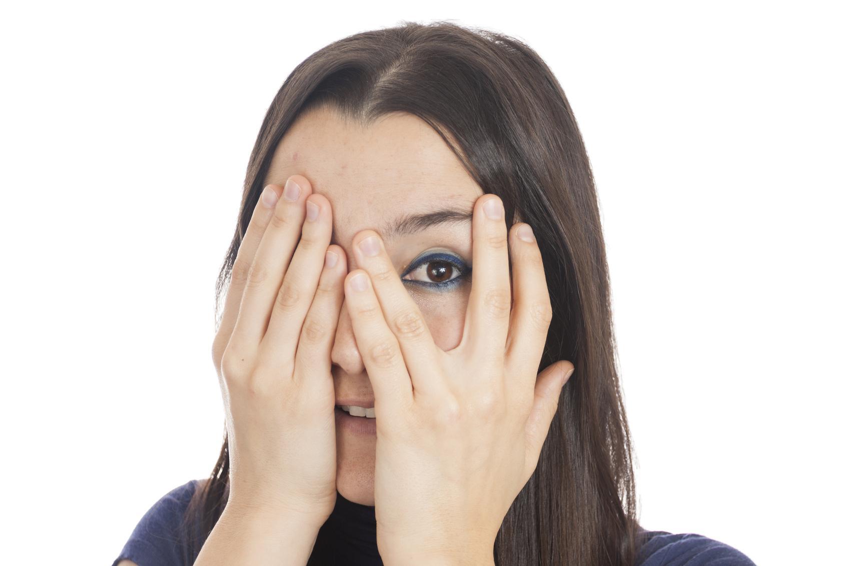 Mujer morena tapándose un ojo y destapándose otro