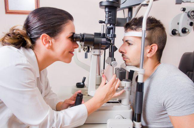 Oftalmóloga revisando la vista a un paciente