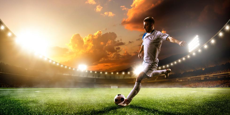 Jugador de fútbol a punto de golpear el balón