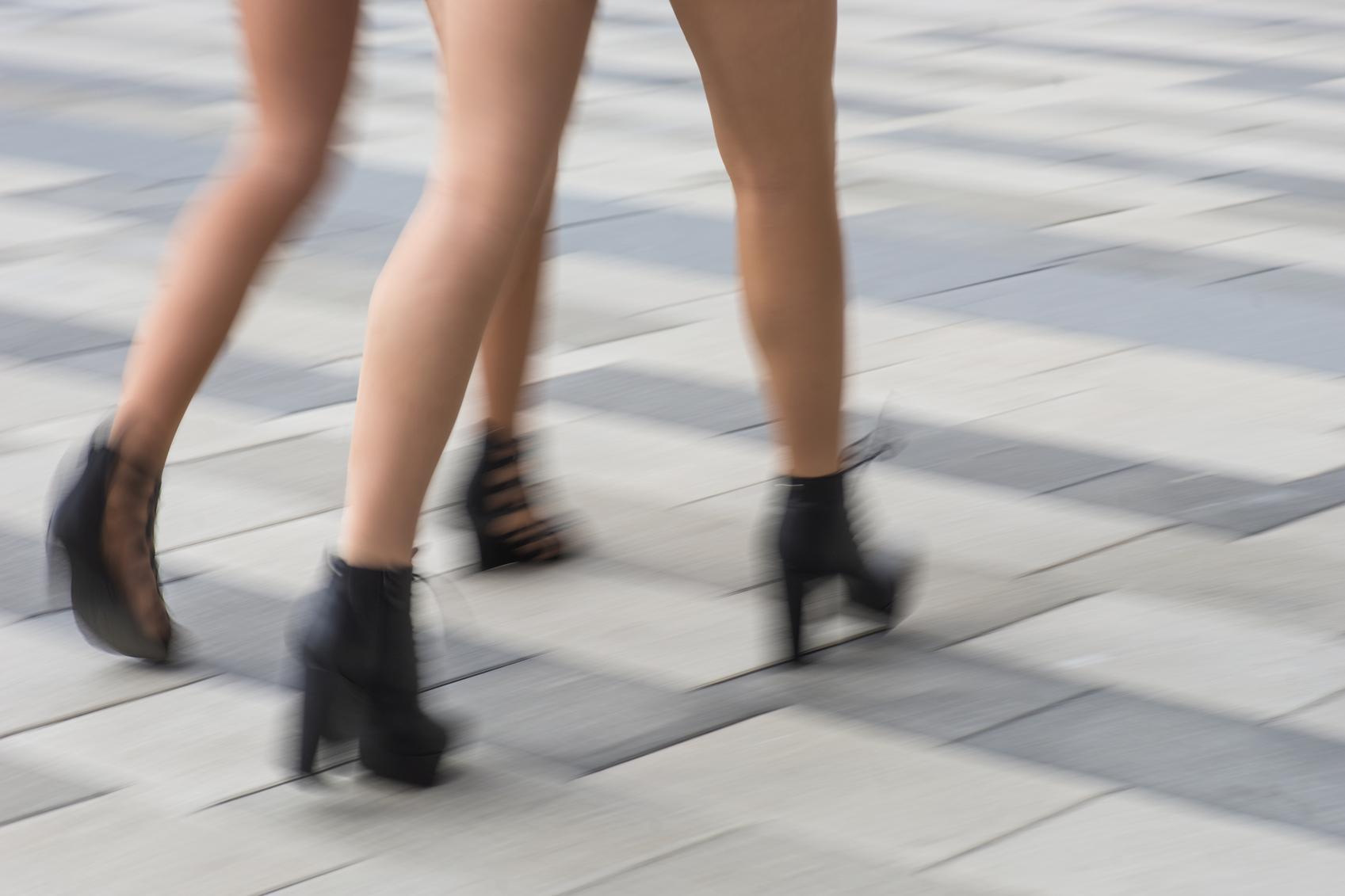 Imagen borrosa piernas mujeres