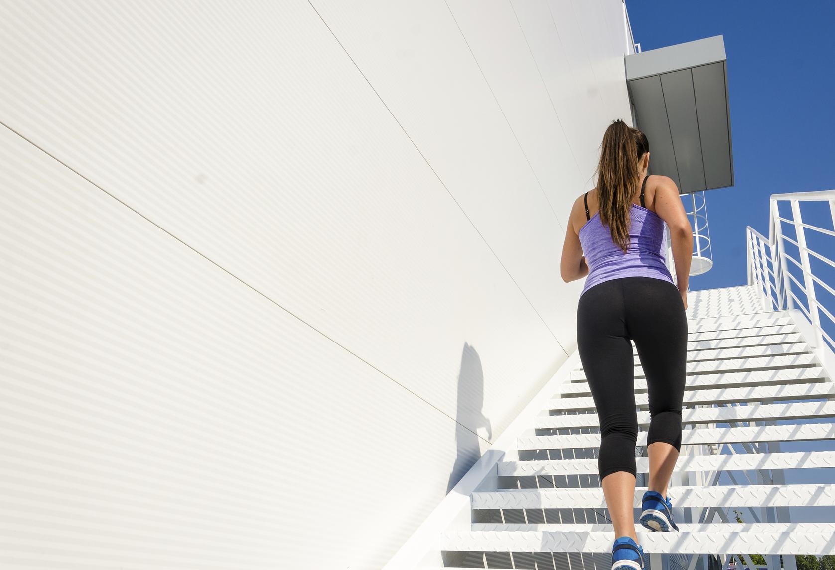 Mujer subiendo unas escaleras