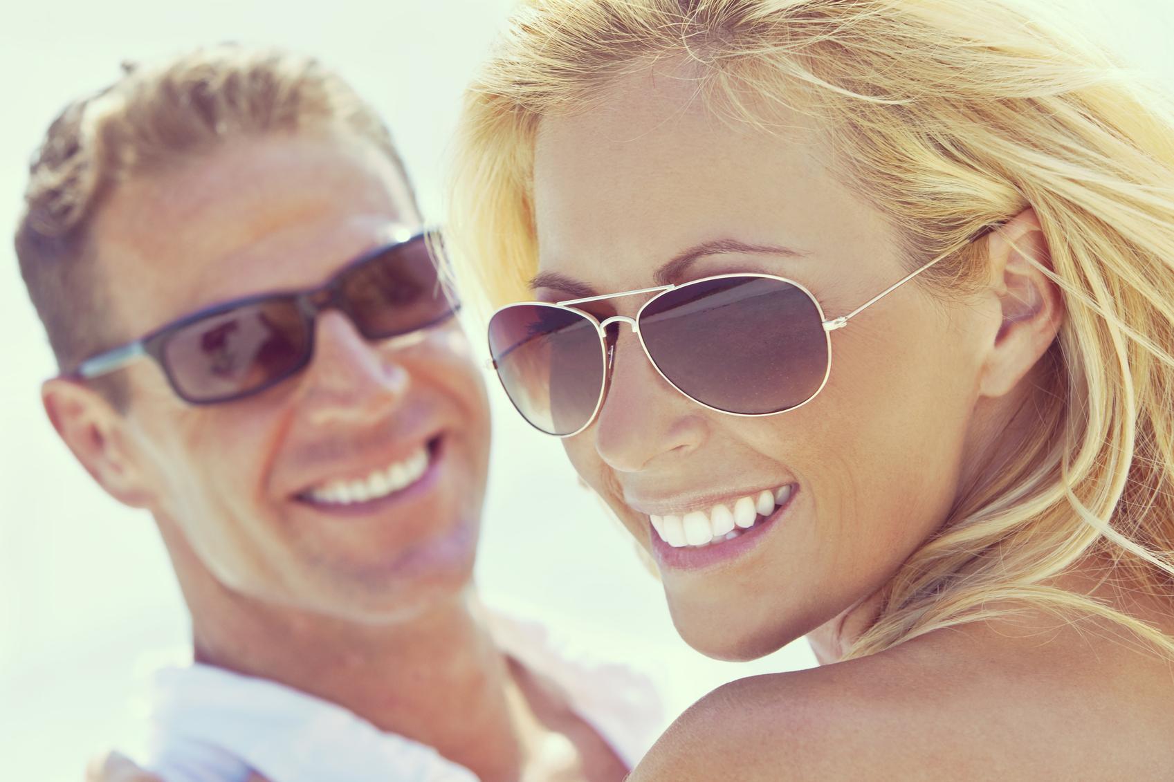 Mujer y hombre con gafas de sol