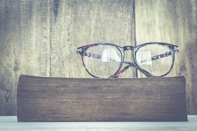 Gafas de pasta encima de un libro