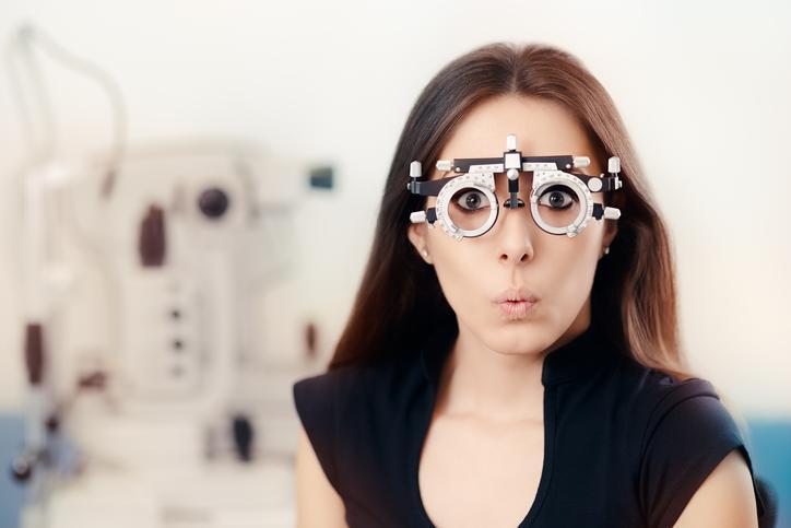 Mujer morena con gafas para graduarse la vista