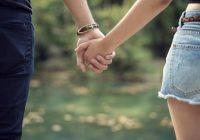 Dos personas cogidas de la mano