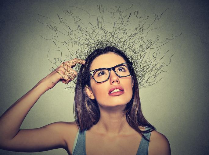 Mujer morena con gafas pensando