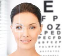 Mujer con ojos azules frente a optotipo