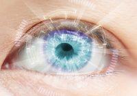 Primer plano ojo azul con diagrama blanco y reflejo morado