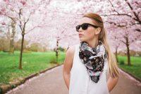 Mujer con gafas de sol y pañuelo paseando