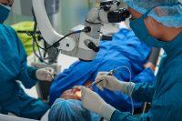 Cirugía oftalmológica. Equipo médico y paciente