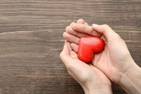Manos sujetando un corazón