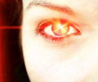 Destello naranja en un ojo de mujer
