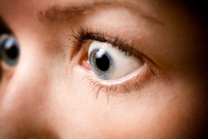 Mujer con los ojos azules muy abiertos