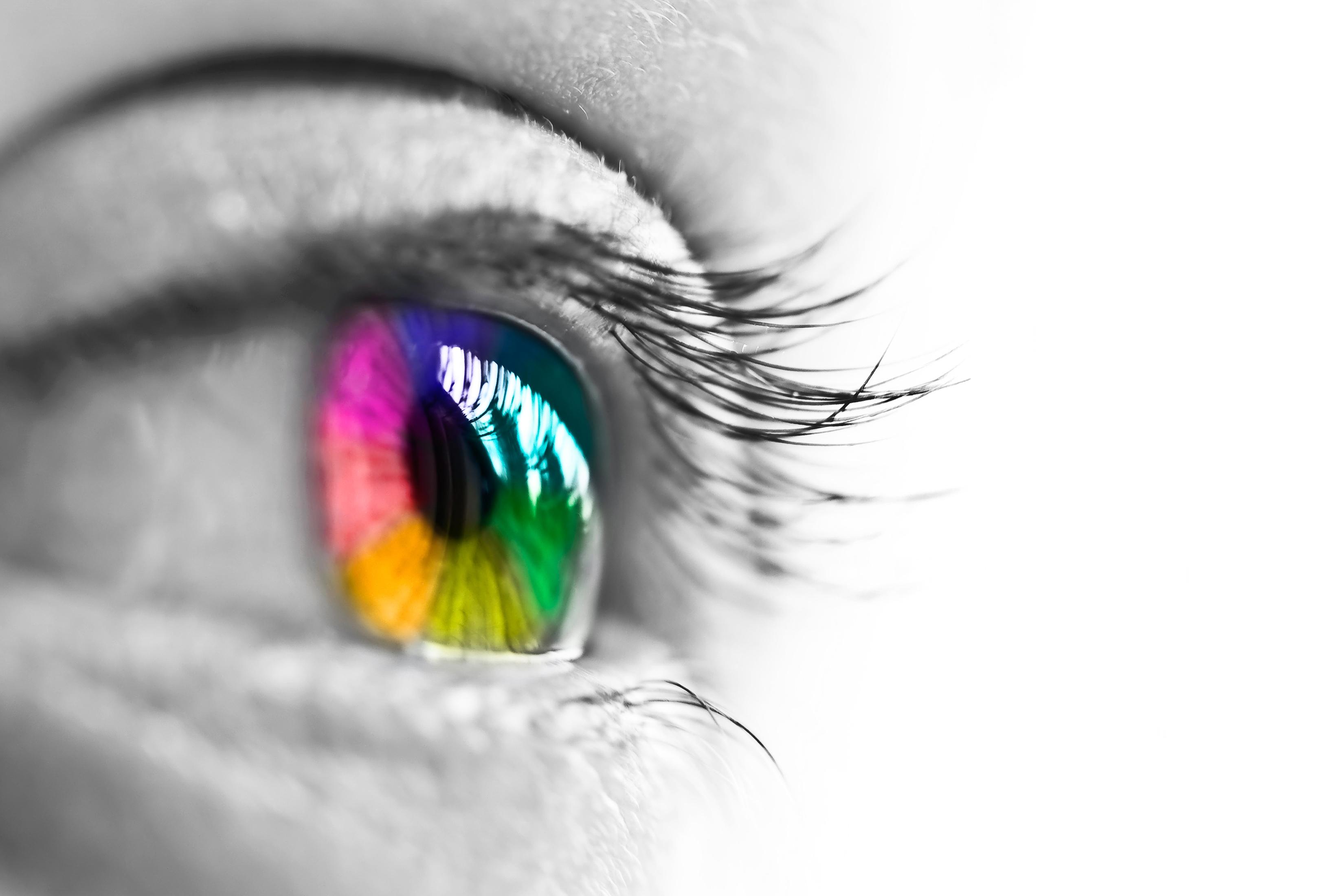 Ojo con iris de colores