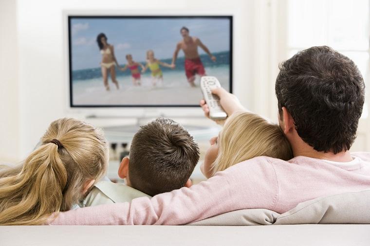 Resultado de imagen de familia mirando la tele