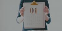 Hombre mostrando la hoja de un calendario