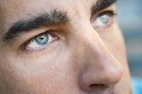 Hombre moreno con ojos verdes mirando hacia arriba
