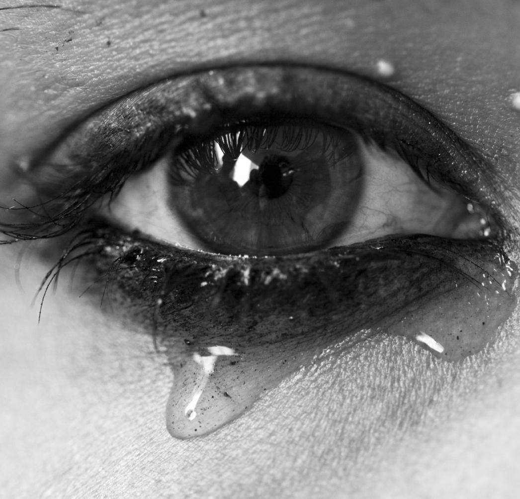 Ojo de mujer con lágrima en blanco y negro
