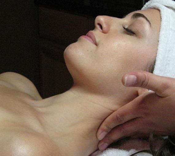 Plan Amigo de Clínica Baviera. Mujer dándose un masaje con toalla en la cabeza