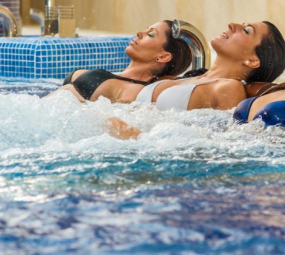 Plan Amigo de Clínica Baviera. Dos mujeres en un spa