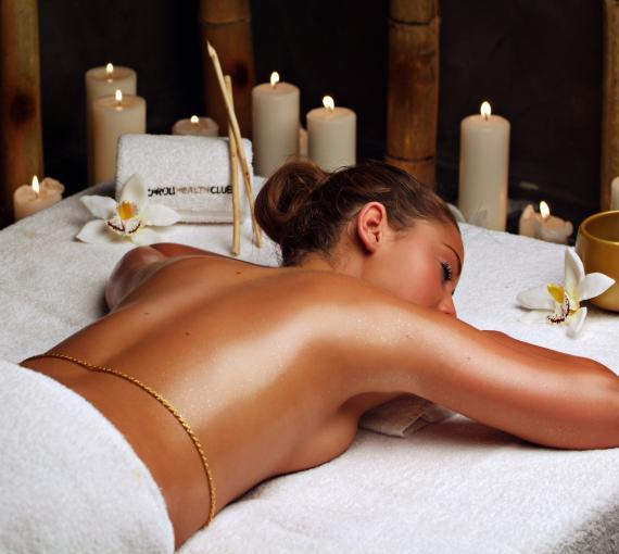 Plan Amigo de Clínica Baviera. Chica haciéndose un masaje