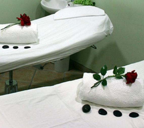 Plan Amigo de Clínica Baviera. Camillas de masaje, piedras y flores