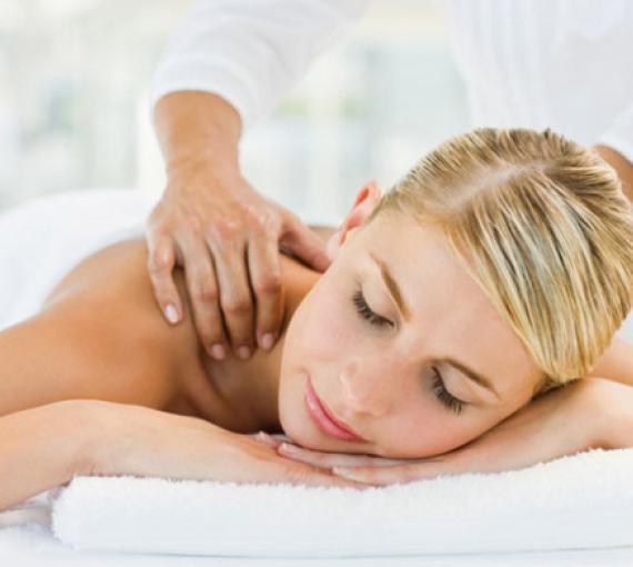 Plan Amigo de Clínica Baviera. Mujer rubia haciéndose un masaje