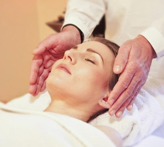 Plan Amigo de Clínica Baviera. Mujer recibiendo un masaje con los ojos cerrados