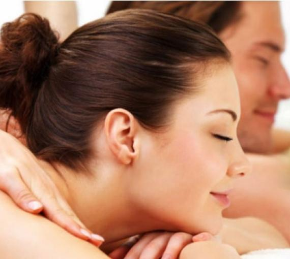 Plan Amigo de Clínica Baviera. Pareja haciéndose un masaje con los ojos cerrados